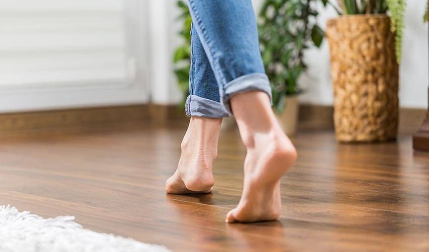 Person läuft über Fußbodenheizung