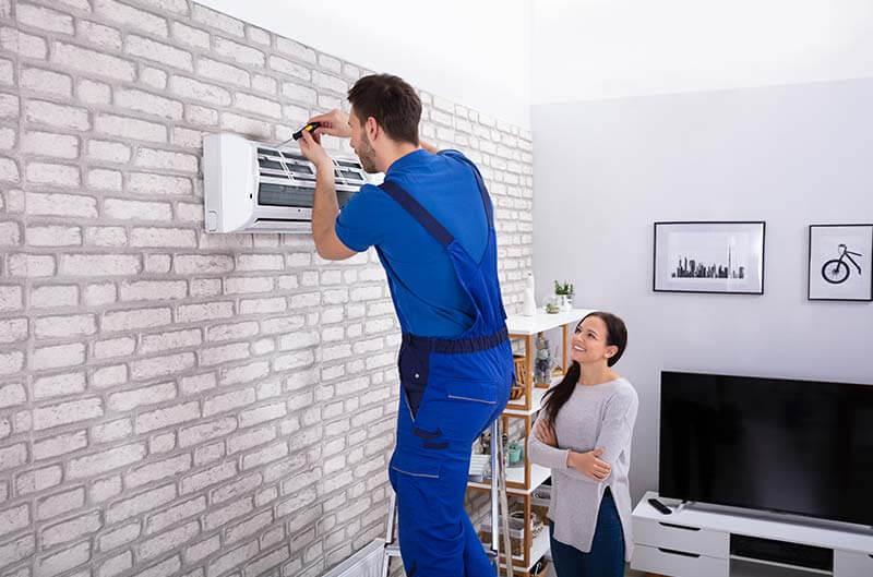 Mitarbeiter beim Montieren einer Klimaanlage