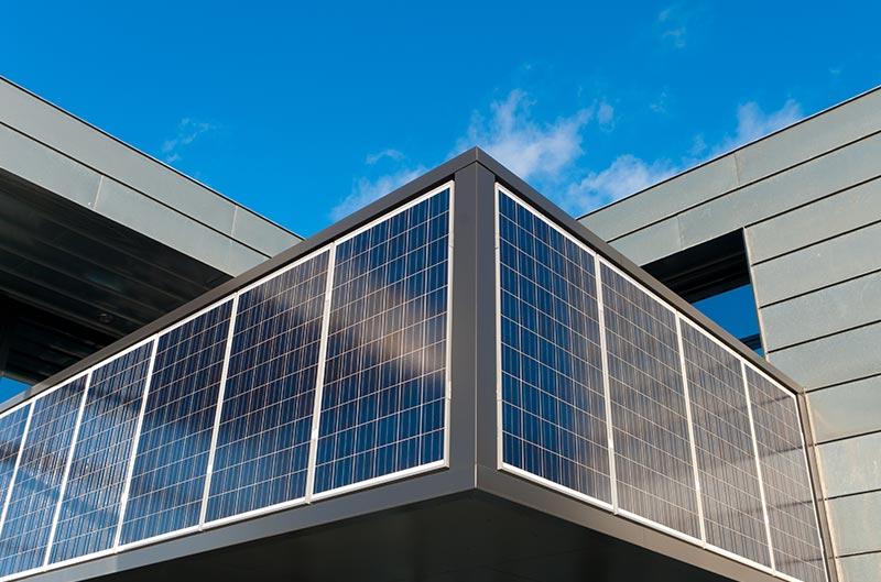 Photovoltaik Panele befestigt auf einer Fassade