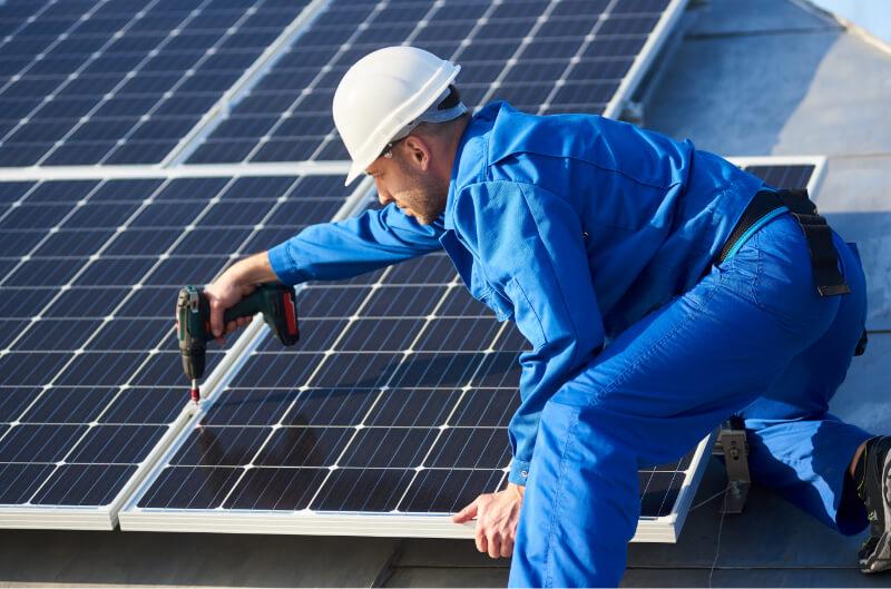 Photovoltaik Installtion durch Mitarbeiter